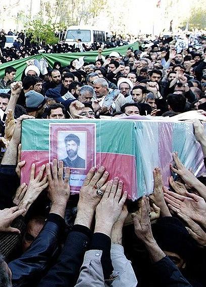 """""""המוסד מעורב"""". הלוויית המדען האיראני שחוסל (צילום: אתר פארס)"""
