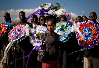 ניצולה קטועת ידיים ביום הזיכרון. איברים נחתכו כדי לחלץ מההריסות  (צילום: AP)