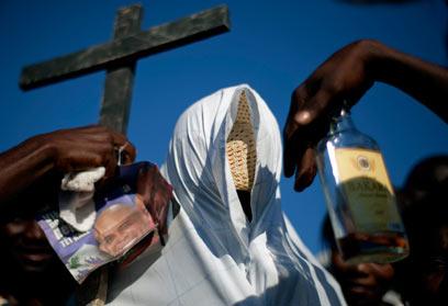 תהלוכת אבל לציון שנתיים לאסון. האדם המכוסה מסמל את המתים (צילום: AP)