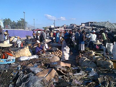 שוק מאולתר במחנה חסרי הבית (צילום: אייל רייניך )