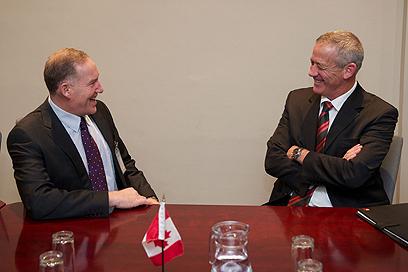 """עם עמיתו הקנדי  (צילום: דובר צה""""ל)"""
