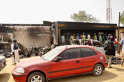 תושבים בזירת אחד הפיצוצים (צילום: רויטרס)