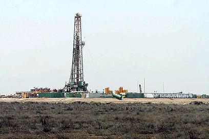 שדה נפט באיראן. התקציב חושב לפי 85 דולר לחבית (צילום: MCT)