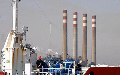 """""""אנחנו סובלים, אבל איננו היחידים"""". מסוף נפט איראני (צילום: EPA)"""