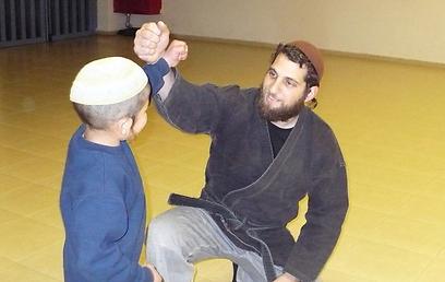 Stern with a student in Itamar (Photo: Itamar Development Foundation)