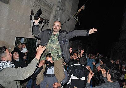 לפחות 20 סורים נהרגו היום. עריק צבא בהפגנת נגד אסד בעיר חומס (צילום: AP)