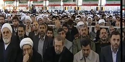 """""""המשטר הציוני יוסר"""", אחמדינג'אד בין אלפי המתפללים   (צילום: PRESSTV)"""