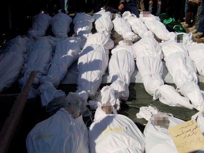 קוברים את הגופות בחומס אחרי המתקפה בשבת (צילום: רויטרס)