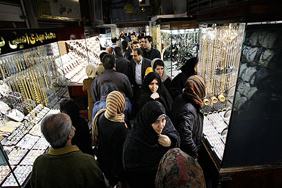 אין כסף לקנות אוכל. שוק הזהב והתכשיטים בטהרן (צילום: AP)
