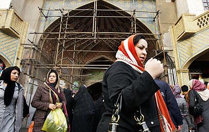 משלמים את המחיר על תוכנית הגרעין השנויה במחלוקת. איראניות בטהרן (צילום: AP)