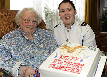 גרין חוגגת 110 עם נציגת חיל האוויר המלכותי (צילום: AP)