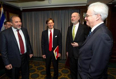 """ליברמן במפגש עם השגרירים באו""""ם (צילום: שחר עזרן)"""