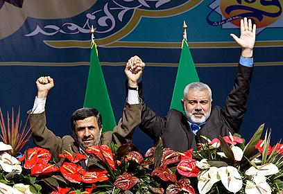 """""""ניצחון גדול"""". אחמדינג'אד והנייה (צילום: AP)"""