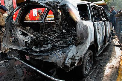"""""""אנשי מוסד משתתפים בחקירת הפיגוע"""". הרכב שפוצץ בניו דלהי (צילום: AP)"""