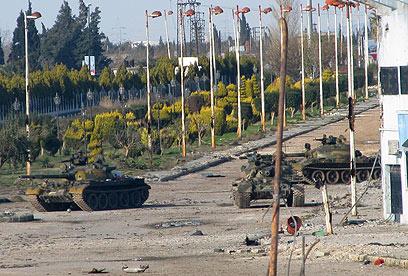 טנקים סוריים. חלק מהציוד נועד לייצור מיגון לכלי רכב צבאיים (צילום: AFP)