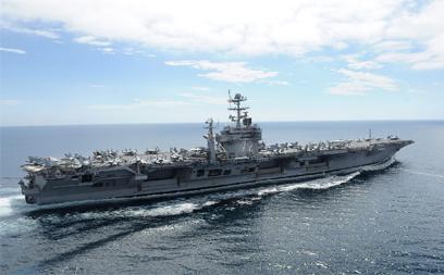 """נושאת המטוסים """"אברהם לינקולן"""" חולפת במצר הורמוז (צילום: EPA)"""