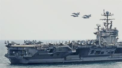 נושאת מטוסים אמריקנית במצר הורמוז. רק הם יכולים (צילום: EPA)