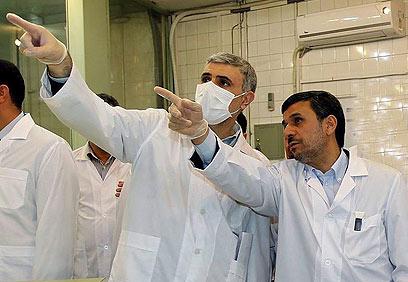 אחמדינג'אד בסיור בכור. גם רציונלי, אבל אחרת מהמערב (צילום: EPA)