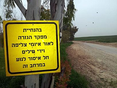 מבצע התקנת שלטי האזהרה הושלם  (צילום: יואב זיתון)