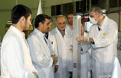 אחמדינג'אד מבקר בכור המחקר בטהרן (צילום: EPA)