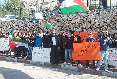 דגלי פלסטין וכרזות נגד הנשיא בהפגנה בנצרת (צילום: חסן שעלאן)