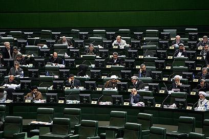 הפרלמנט האיראני. רוב מוחץ חתם על ההודעה המאיימת (צילום: AP)