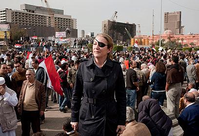"""הבטיחה שלא לתלות את השכפ""""ץ שלה. קולבין בכיכר תחריר בקהיר (צילום: EPA)"""