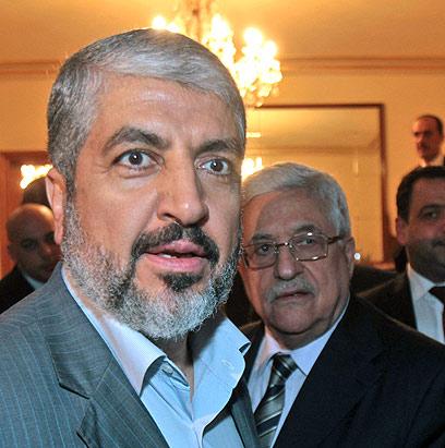 אבו מאזן וחאלד משעל בקהיר (ארכיון) (צילום: EPA)
