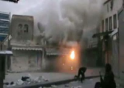 כיאה לדמוקרטיה. הצבא הסורי מפגיז את חומס (צילום: AFP PHOTO / YOUTUBE)