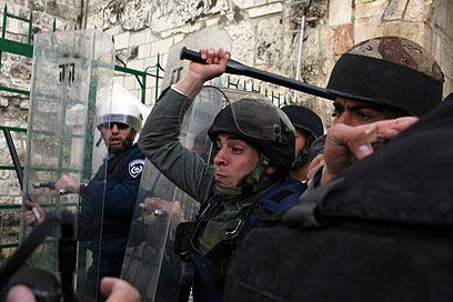 פיזור ההפגנה בהר הבית (צילום: אוהד צויגנברג)