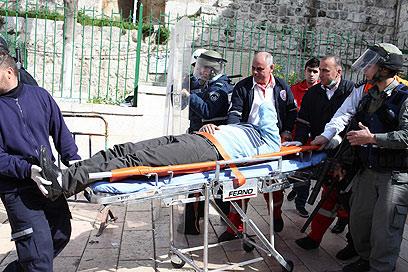 שוטר פצוע מפונה מהמקום (צילום: אוהד צויגנברג)