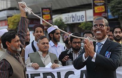אובמה מככב בהפגנה בקראצ'י (צילום: AFP)