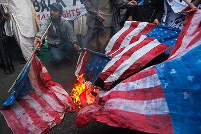 """שריפת דגלי ארה""""ב בקראצ'י (צילום: רויטרס)"""