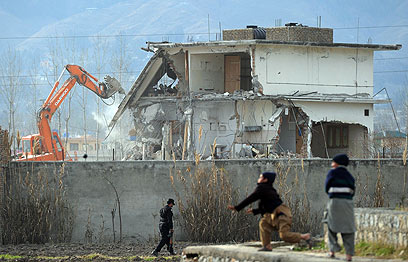 הורסים את ביתו של בן-לאדן, השבוע (צילום: AFP)