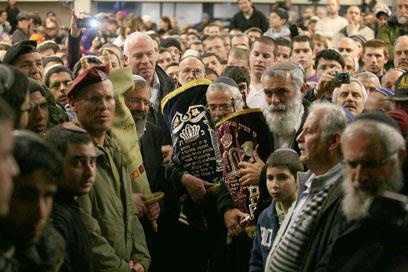 הטקס בבית הכנסת באיתמר, היום (צילום: גיל יוחנן )