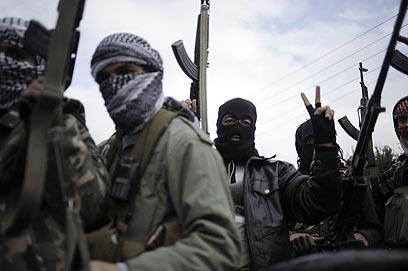 נסיגה זמנית? מורדים סורים (צילום: AFP)
