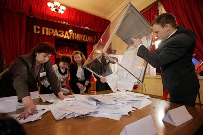 טענות לזיופים נרחבים. קלפי בסנט פטרבורג (צילום: AP)