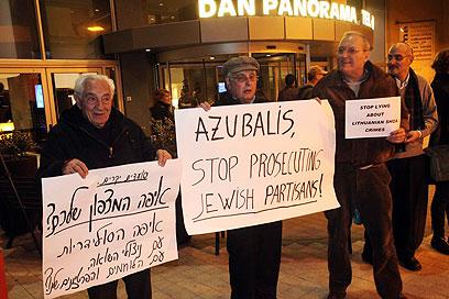 ליטא מגמדת את זכר השואה, טענו המפגינים בתל-אביב (צילום: מוטי קמחי)