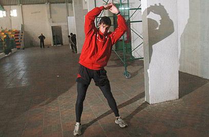 נאלץ לרוץ בין המהמורות ברחובות עזה. אל-פרא (צילום: AP)