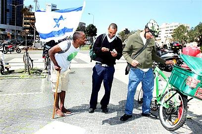 """""""קשה לשנות דעתם של מבוגרים"""". אברהם היום בתל אביב (צילום: עופר עמרם)"""