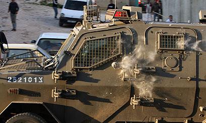 ג'יפ צבאי ספג פגיעה באותו האזור, לאחר דקירת החייל (צילום: AFP)