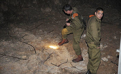 אIDF soldiers looking for rocket remnants (Photo: Herzl Yosef)
