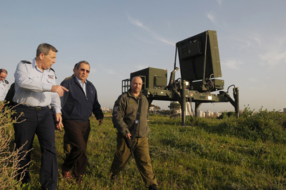 Ehud Barak patrolling near Iron Dome battery (Photo: Avi Roccah)