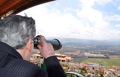 יועצו של אחמדינג'אד בתצפית על ישראל מגבול לבנון
