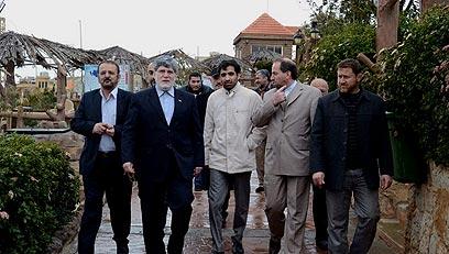 יועצו של אחמדינג'אד (שני משמאל) מסייר בדרום לבנון