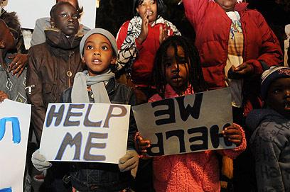 ילדים מפגינים נגד גירושם בתל-אביב (צילום: ירון ברנר)