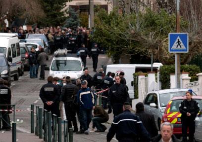 נבדק הקשר למקרי ירי דומים בשבוע שעבר. שוטרים ליד בית הספר (צילום: AP)