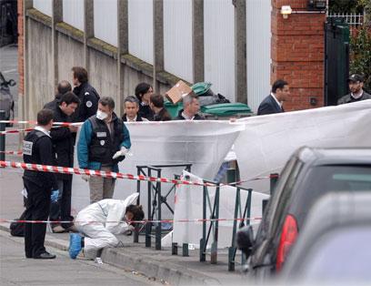 """היורה השתמש בשני כלי נשק, אחד מהם אוטומטי. צוות מז""""פ בטולוז (צילום: AFP)"""