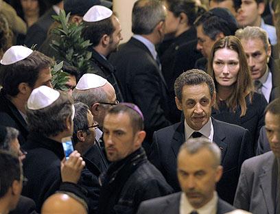 נשיא צרפת סרקוזי בא לטולוז והבטיח למצוא את הרוצח (צילום: AFP)