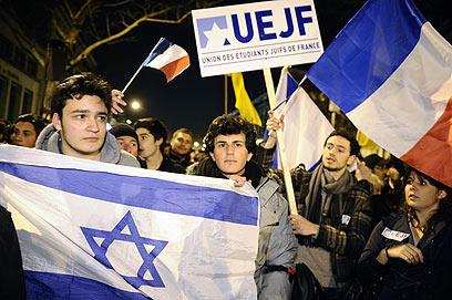 סטודנטים יהודים בעצרת זיכרון בפריז (צילום: AFP)